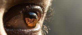 保持眼睛健康佩戴接触