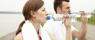 runners drinking water