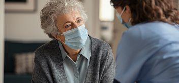 戴口罩的老妇人