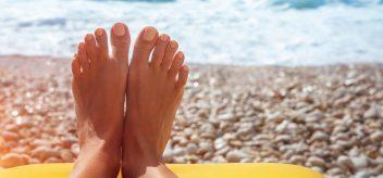 赤脚在沙滩上