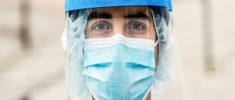 穿戴个人防护装备的医疗专业人员