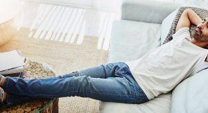 放松在沙发的人